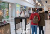 visitantes de la exposición en plaza loranca 2